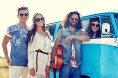 Jeunes amis hippies de sourire au-dessus de voiture de monospace Images libres de droits