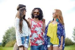 Jeunes amis hippies de sourire parlant dehors Images stock