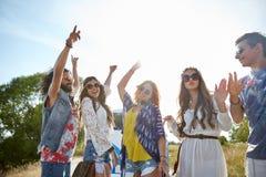 Jeunes amis hippies heureux dansant dehors Photos stock