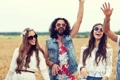Jeunes amis hippies heureux dansant sur le gisement de céréale Photos libres de droits