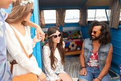 Jeunes amis hippies heureux de sourire à la voiture de monospace Photo libre de droits