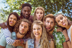 Jeunes amis idiots posant ensemble Photographie stock