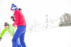 Jeunes amis jouant dans la neige Image stock