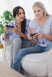 Jeunes amis jouant des jeux vidéo et ayant l'amusement Photo libre de droits