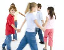 Jeunes amis jouant la boucle autour des rosies Photographie stock libre de droits