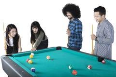 Jeunes amis jouant le billard ensemble Image libre de droits
