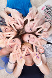 Jeunes amis joyeux avec des mains augmentées Images stock
