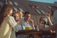 Jeunes amis mangeant de la pizza dehors Images libres de droits