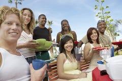Jeunes amis mangeant ensemble Photo libre de droits