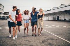 Jeunes amis marchant ensemble sur la rue Photo libre de droits