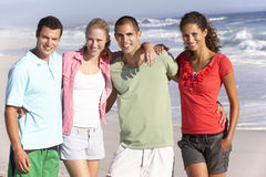 Jeunes amis marchant le long de la plage Photo libre de droits