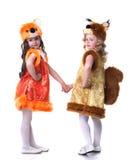 Jeunes amis mignons posant dans des costumes de carnaval Photos stock