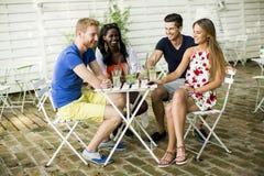 Jeunes amis multiraciaux Photo stock