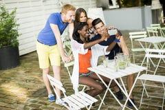 Jeunes amis multiraciaux Image stock