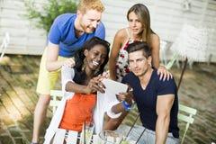 Jeunes amis multiraciaux Photo libre de droits