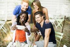 Jeunes amis multiraciaux Photographie stock libre de droits