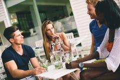 Jeunes amis multiraciaux au café Photographie stock libre de droits