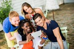 Jeunes amis multiraciaux au café Photographie stock