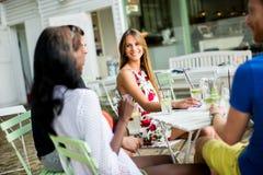 Jeunes amis multiraciaux au café Photos libres de droits