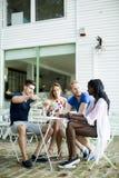 Jeunes amis multiraciaux au café Photos stock