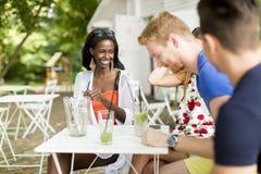 Jeunes amis multiraciaux au café Photo libre de droits