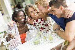 Jeunes amis multiraciaux au café Photo stock