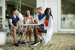 Jeunes amis multiraciaux en café Photos libres de droits