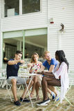 Jeunes amis multiraciaux en café Photographie stock