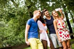 Jeunes amis multiraciaux en parc Image stock