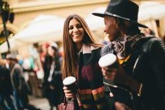 Jeunes amis multiraciaux marchant autour de la ville Images stock