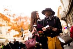 Jeunes amis multiraciaux marchant autour de la ville Photos libres de droits