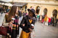 Jeunes amis multiraciaux marchant autour de la ville et de parler Photo stock