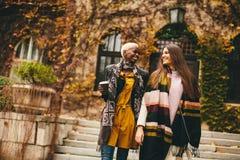 Jeunes amis multiraciaux marchant en parc d'automne Photographie stock