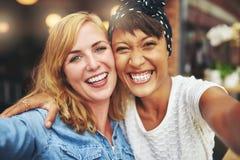 Jeunes amis multiraciaux vivaces heureux Photo libre de droits