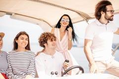 Jeunes amis naviguant en mer des Caraïbes Photos stock