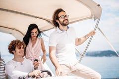 Jeunes amis naviguant en mer des Caraïbes Photographie stock libre de droits