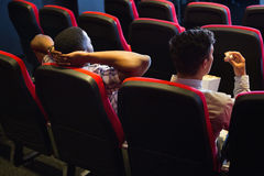 Jeunes amis observant un film Photographie stock libre de droits
