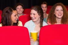 Jeunes amis observant un film Image libre de droits