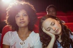 Jeunes amis observant un film Photographie stock