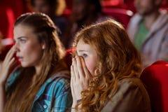 Jeunes amis observant un film Images libres de droits