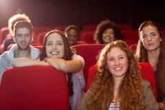 Jeunes amis observant un film Images stock