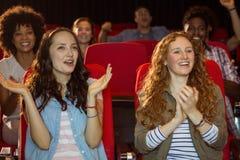 Jeunes amis observant un film Photo stock