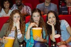 Jeunes amis observant un film Image stock