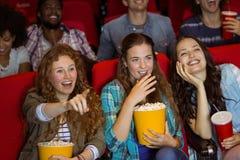 Jeunes amis observant un film Photos libres de droits