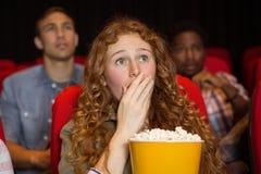 Jeunes amis observant un film Photos stock