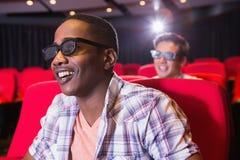 Jeunes amis observant un film 3d Photo libre de droits