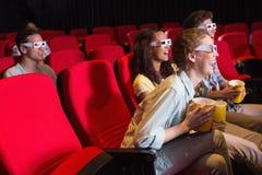 Jeunes amis observant un film 3d Images stock