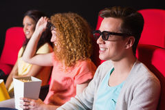 Jeunes amis observant un film 3d Image stock