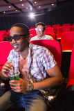 Jeunes amis observant un film 3d Photographie stock