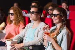 Jeunes amis observant un film 3d Photos stock
